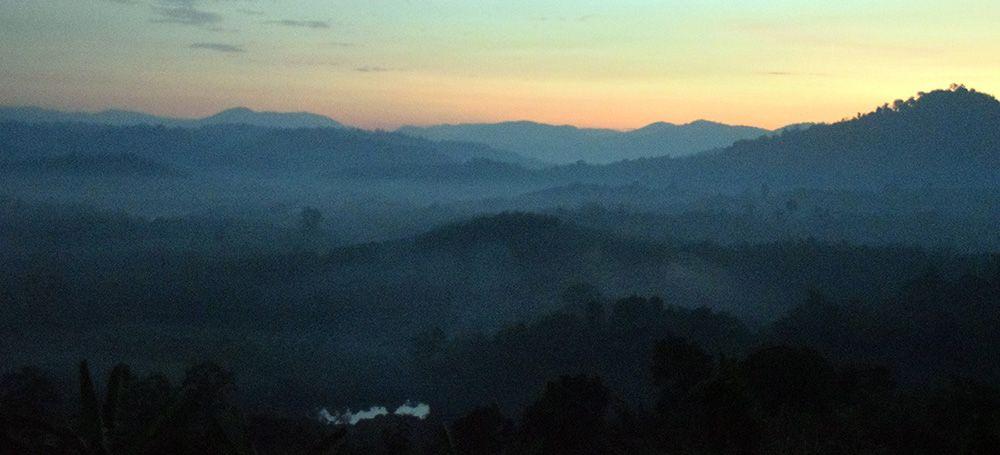 Prachtige zonsopkomst in de jungle bij Ban Lung.