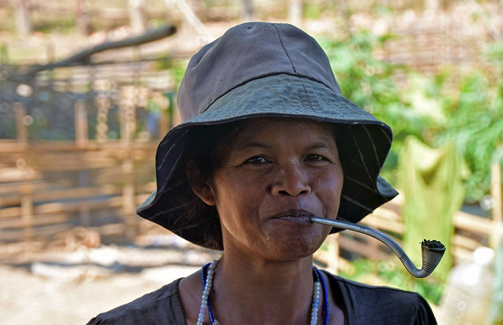 Lokale bewoonster met pijp in de jungle bij Ban Lung.