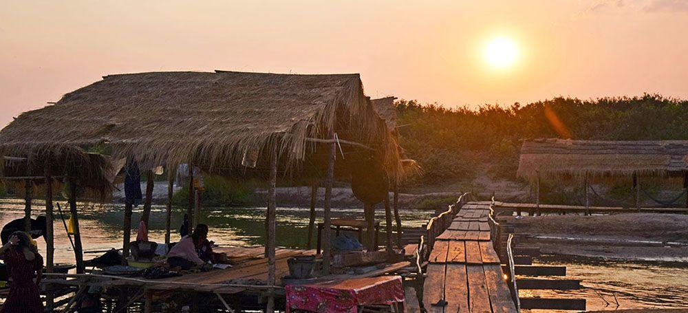 Zonsondergang bij floating village in de buurt van Kratie, Cambodja.