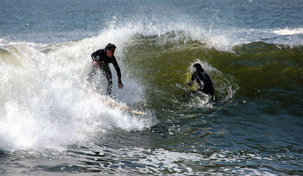 Surfers op de golven bij Arica in Chili