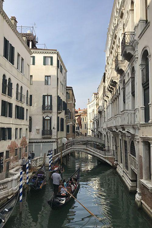 Gondel door een van de vele grachten van Venetië