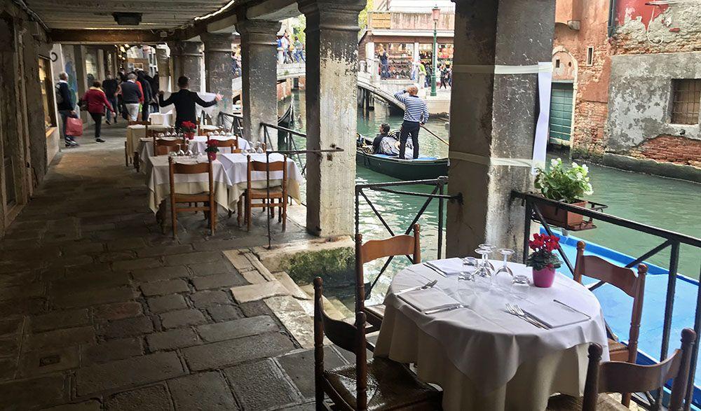 Restaurant aan het water in Venetië