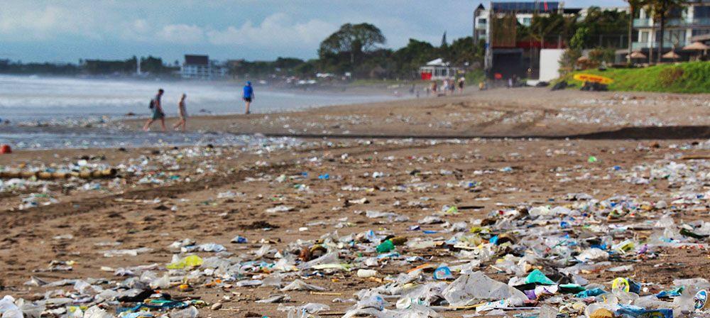 Plastic afval op het strand van Bali