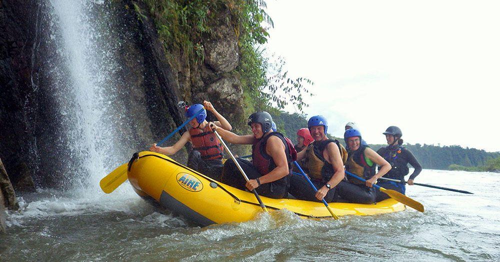 Raften op de rivier naast een waterval bij Banos