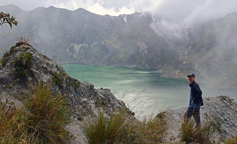 Mooi uitzicht op het meer van Quilotoa in de mist.