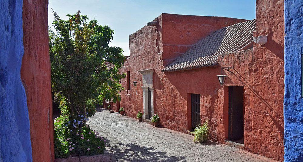 rood gepleisterde gebouwen bij Monasterio de Santa Catalina in Arequipa