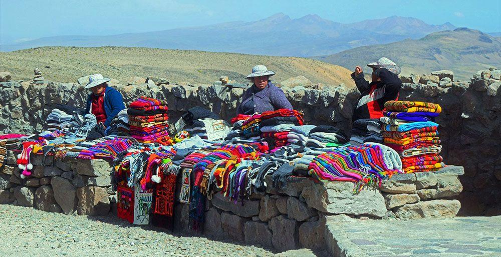 Kleurrijke stoffen te koop bij de Colca Canyon