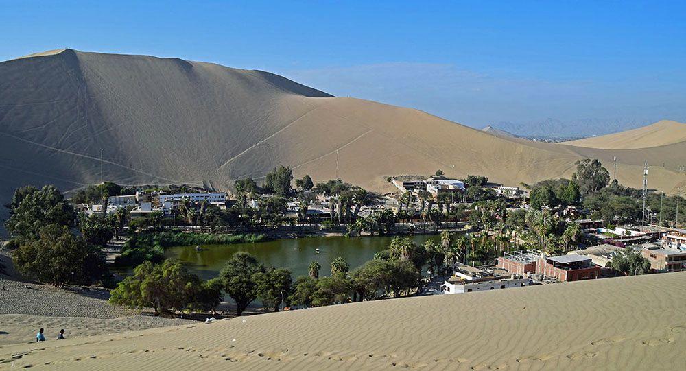 Huacachina ligt als een oase temidden van de duinen
