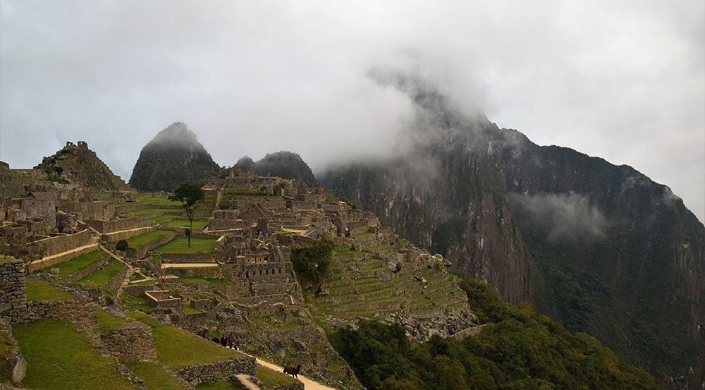 De ochtendnevel trekt langzaam weg boven Machu Picchu