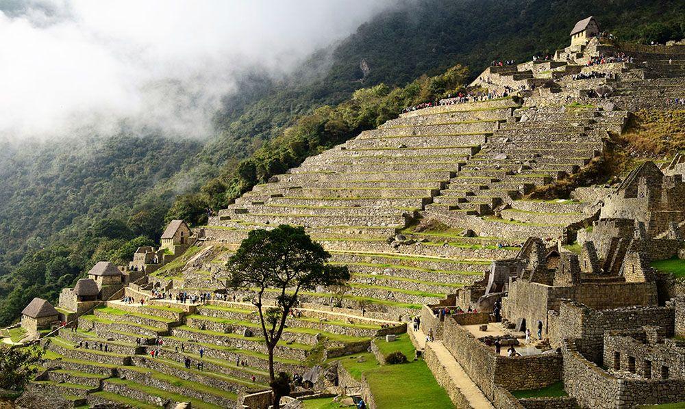 In de ochtend geeft de nevel een mystieke sfeer bij Machu Picchu