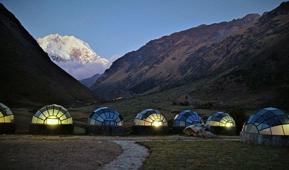 Verlichte koepeltenten bij de Salkantay Mountain