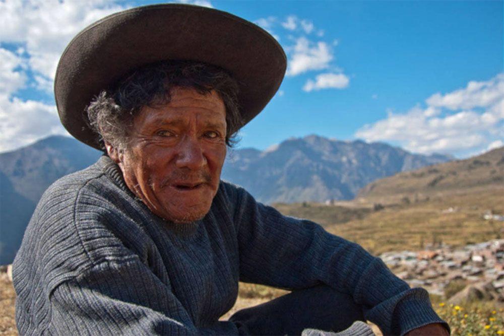 Een Peruaanse landarbeider rust uit van zijn werk