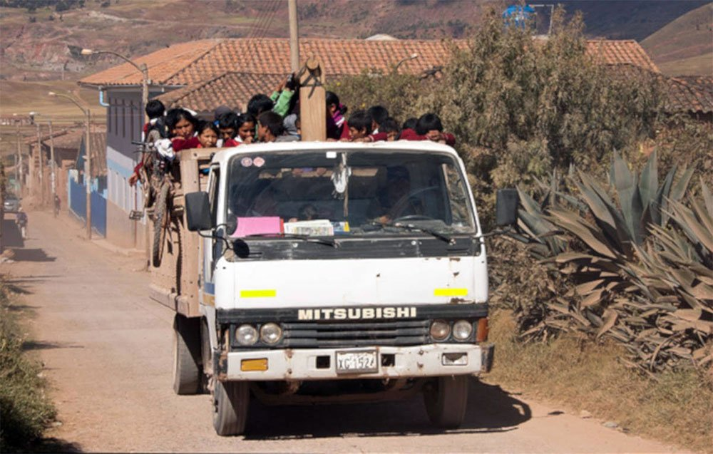Een vrachtwagen is volgeladen met de lokale bevolking