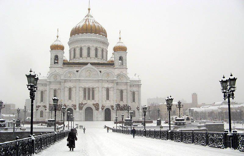 Vrouw op weg naar de kerk in winters Moskou, Rusland