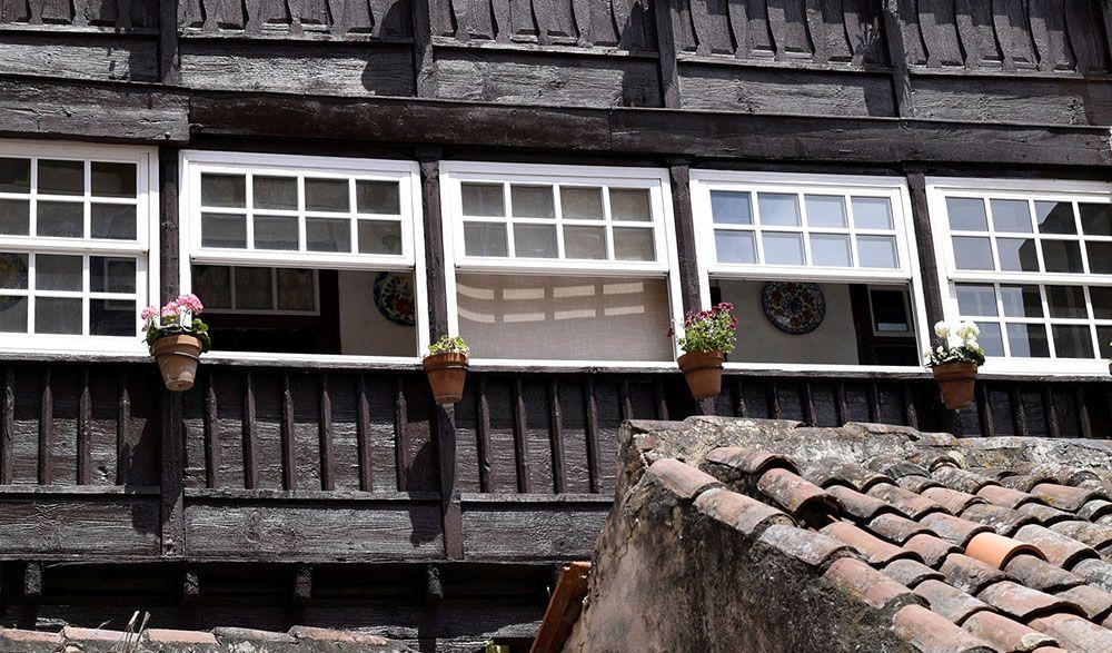De houten balkons aan de Avenida Maritima