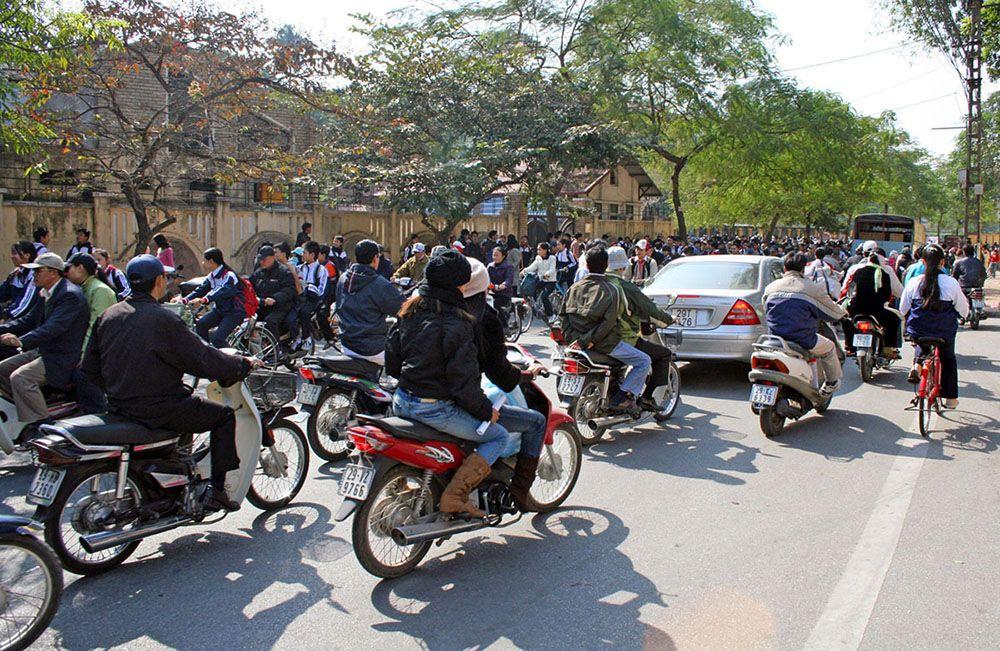 Druk straatverkeer in Hanoi