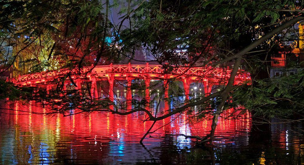 Verlichte brug in Hanoi